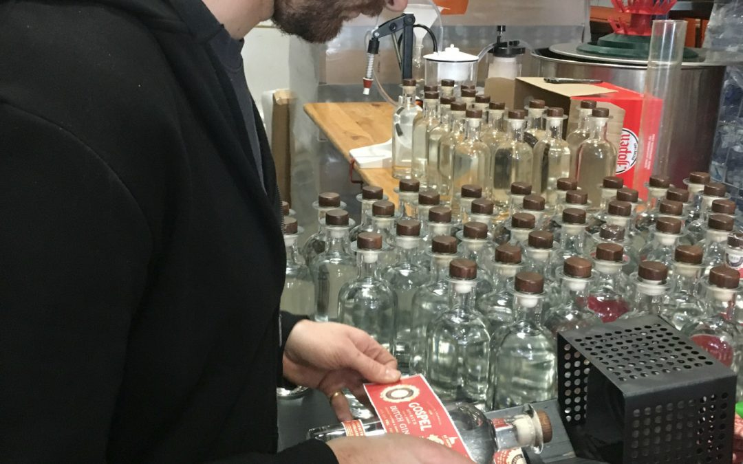 Labelen eerste flessen Dutch Gin